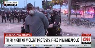 Minneapolis: polizia arresta giornalisti durante gli scontri
